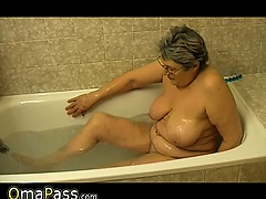 Granny masturbate himself with a toy in bath