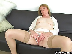 British milf Clare Cream strips deficient keep together with enjoys her vibrator